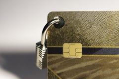 Tarjeta de crédito con el candado de la ejecución en el teclado imagenes de archivo