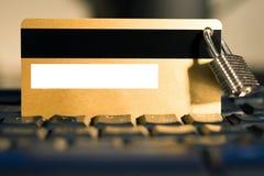 Tarjeta de crédito con el candado de la ejecución en el teclado imagen de archivo libre de regalías