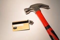 Tarjeta de crédito con el candado y el hummer de la ejecución fotos de archivo libres de regalías