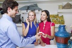 Tarjeta de crédito de Handing Receipt With del vendedor a los compradores Foto de archivo libre de regalías