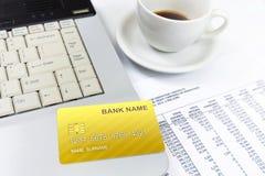 Tarjeta de crédito de Internet, encima del ordenador portátil Fotografía de archivo