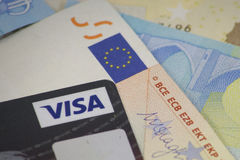 Tarjeta de crédito de la visa encima de billetes de banco euro Imagen de archivo