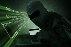 Tarjeta de crédito de robo en línea fotos de archivo libres de regalías