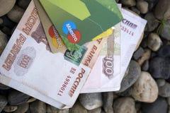 Tarjeta de crédito del dinero en la tierra - Rusia Berezniki 8 de agosto de 2017 Fotos de archivo libres de regalías