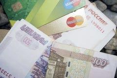 Tarjeta de crédito del dinero en la tierra - Rusia Berezniki 8 de agosto de 2017 Fotografía de archivo