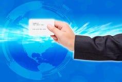 Tarjeta de crédito del uso de la mano Fotografía de archivo