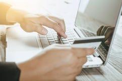 Tarjeta de crédito del uso de la mano Fotos de archivo