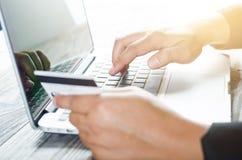 Tarjeta de crédito del uso de la mano imágenes de archivo libres de regalías