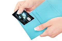 Tarjeta de crédito en la mano de la mujer Imagen de archivo libre de regalías