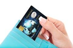 Tarjeta de crédito en la mano de la mujer sacada de la cartera Imagenes de archivo