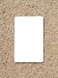 Tarjeta de crédito en una superficie de la arena Imagen de archivo