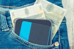 Tarjeta de crédito, euro de las monedas y teléfono móvil para pagar cashless en el bolsillo de vaqueros Finanzas y actividades ba imagenes de archivo