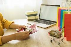 Tarjeta de crédito de la cosecha de la mujer en la cartera para hacer compras en línea fotografía de archivo