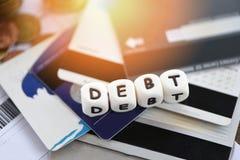 Tarjeta de cr?dito de la deuda/responsabilidades crecientes del concepto de la consolidaci?n de deuda de la exenci?n de crisis fi foto de archivo