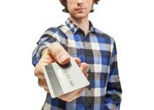 Tarjeta de crédito masculina del control de las manos Foto de archivo libre de regalías