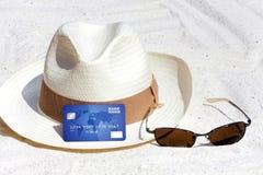 Tarjeta de crédito que miente en la playa Imagen de archivo libre de regalías