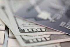 Tarjeta de crédito saltada grabada en relieve que miente en el teclado de plata fotos de archivo