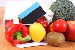 Tarjeta de crédito sin contacto, panier de papel con las frutas y verduras fotografía de archivo libre de regalías