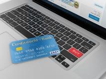 Tarjeta de crédito y botón rojo de la compra en el teclado de ordenador Fotos de archivo libres de regalías