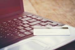 Tarjeta de crédito y usar crédito en línea y la tarjeta de débito del concepto del pago fácil del ordenador portátil que hace com imagenes de archivo