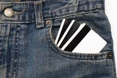 Tarjeta de créditos en pantalones vaqueros de un bolsillo imagen de archivo
