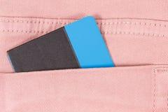 Tarjeta de cr?dito en bolsillo de pantalones Concepto Cashless del pago imagen de archivo libre de regalías