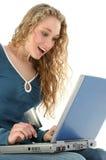 Tarjeta de crédito de la computadora portátil de la muchacha Imagen de archivo