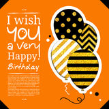 Tarjeta de cumpleaños en el estilo de los recortes con los globos en fondo de oro del brillo Vector Fotografía de archivo