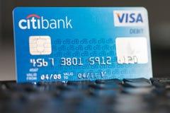 Tarjeta de débito de la visa de Citibank en un teclado Fotografía de archivo