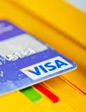 Tarjeta de débito de la visa en cartera y otras tarjetas. Foto de archivo