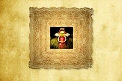 Tarjeta de felicitación, ángel divertido en viejo marco Fotografía de archivo