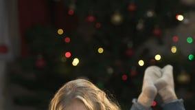 Tarjeta de felicitación adorable de la escritura del niño a Santa Claus, mintiendo en el fondo de luces almacen de video