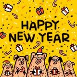 Tarjeta de felicitación amarilla del cerdo de la Feliz Año Nuevo Cerdos divertidos con los bastones de caramelo, los regalos y lo fotos de archivo