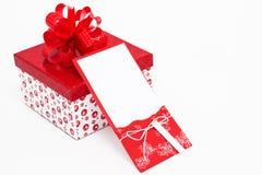 Tarjeta de felicitación blanca del Año Nuevo con el regalo Imagen de archivo
