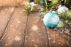 Tarjeta de felicitación brillante de la Navidad con la bola azul Fotos de archivo libres de regalías