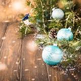 Tarjeta de felicitación brillante de la Navidad con la bola azul Imágenes de archivo libres de regalías