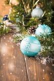Tarjeta de felicitación brillante de la Navidad con la bola azul Fotografía de archivo libre de regalías