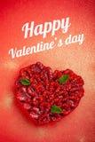 Tarjeta de felicitación con día del ` s de la tarjeta del día de San Valentín la tarta de frambuesa de la confitería con la menta imagen de archivo