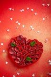 Tarjeta de felicitación con día del ` s de la tarjeta del día de San Valentín la tarta de frambuesa de la confitería con la menta imagenes de archivo