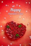 Tarjeta de felicitación con día del ` s de la tarjeta del día de San Valentín la tarta de frambuesa de la confitería con la menta imagen de archivo libre de regalías
