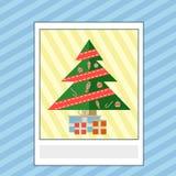 Tarjeta de felicitación con el árbol de navidad y los regalos Imágenes de archivo libres de regalías