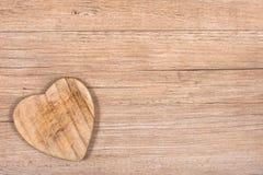Tarjeta de felicitación con el corazón de madera Imágenes de archivo libres de regalías