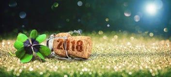 Tarjeta de felicitación con el corcho del trébol y del champán de cuatro hojas Foto de archivo libre de regalías