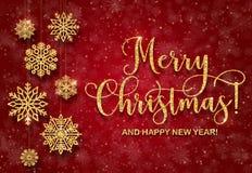 Tarjeta de felicitación con el texto de oro en un fondo rojo Feliz Navidad del brillo y Feliz Año Nuevo Foto de archivo libre de regalías