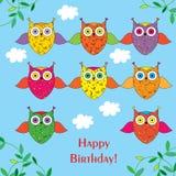¡Tarjeta de felicitación con feliz cumpleaños de los búhos decorativos! Foto de archivo