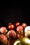Tarjeta de felicitación con las bolas de la Navidad Fotografía de archivo libre de regalías