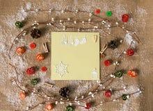 Tarjeta de felicitación con las decoraciones de la Navidad Visión desde arriba Imagen de archivo