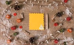 Tarjeta de felicitación con las decoraciones de la Navidad Visión desde arriba Imagen de archivo libre de regalías