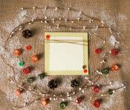 Tarjeta de felicitación con las decoraciones de la Navidad Visión desde arriba Imágenes de archivo libres de regalías
