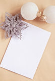 Tarjeta de felicitación con las decoraciones del árbol del Año Nuevo Fotografía de archivo libre de regalías
